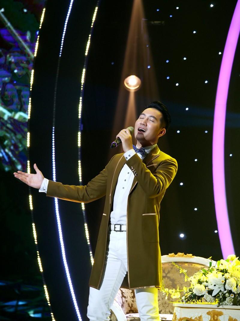 Nguyễn Phi Hùng xúc động khi hát lại 'Nhớ gấp ngàn lần hơn' - ảnh 1