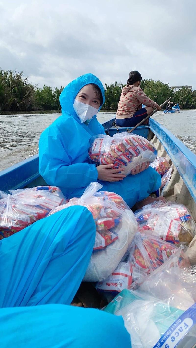 Diễn viên Hồng Kim Hạnh không ngại nguy hiểm trao tay bà con túi thuốc - ảnh 3