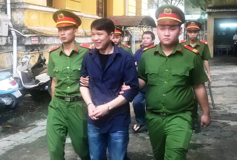 Cựu CSGT bị 8 năm tù, các bị cáo khác án nặng hơn VKS đề nghị - ảnh 1