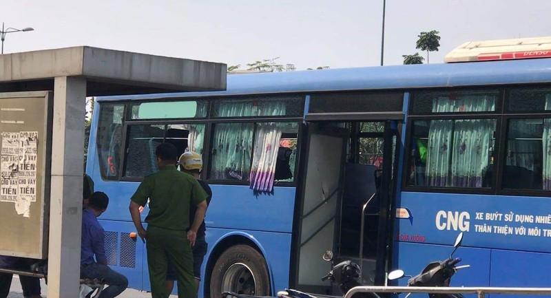 Nhóm người mang mã tấu đập phá xe buýt ở Thủ Đức - ảnh 1
