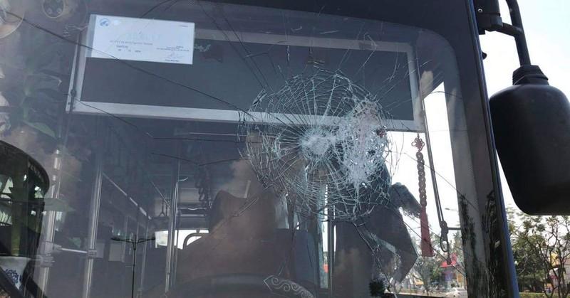 Nhóm người mang mã tấu đập phá xe buýt ở Thủ Đức - ảnh 2