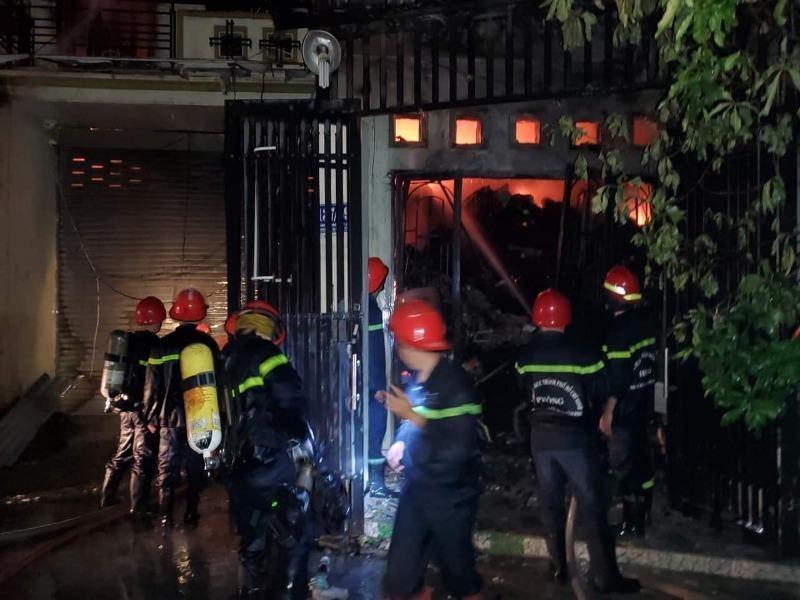 Cháy lớn ở Bình Tân, 6 tấn vải vụn thành tro tàn - ảnh 1