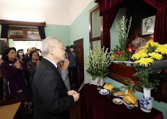 Tổng Bí thư, Chủ tịch nước dâng hương Chủ tịch Hồ Chí Minh - ảnh 1