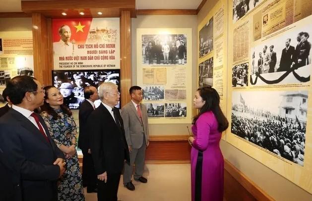 Tổng Bí thư, Chủ tịch nước dâng hương Chủ tịch Hồ Chí Minh - ảnh 2