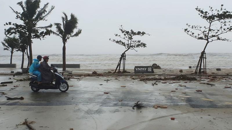 Bão số 9 tiếp tục quần thảo ở TP Đà Nẵng,Thừa Thiên- Huế  - ảnh 6