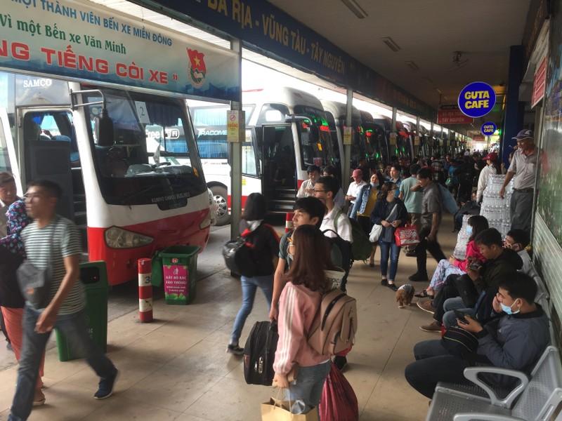 Nhiều người đổ xô về Bến xe Miền Đông trước kỳ nghỉ lễ 2-9 - ảnh 1