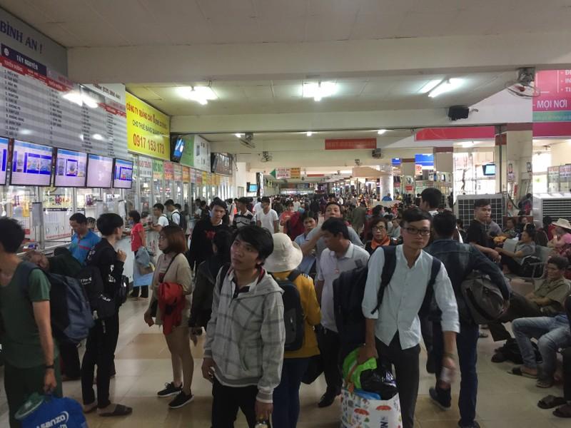 Nhiều người đổ xô về Bến xe Miền Đông trước kỳ nghỉ lễ 2-9 - ảnh 2