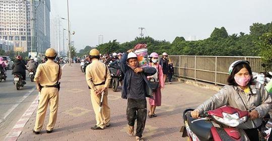 Thi nhau dắt xe máy ngược chiều trên phố Hà Nội - ảnh 1