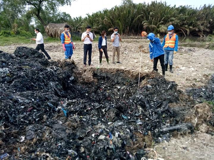 Đã lấy mẫu để kiểm tra vụ dùng rác thải san lấp mặt bằng - ảnh 1