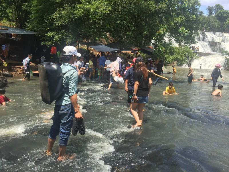 Độc, lạ thác 5 tầng hút khách du lịch dịp lễ ở Đắk Nông - ảnh 8