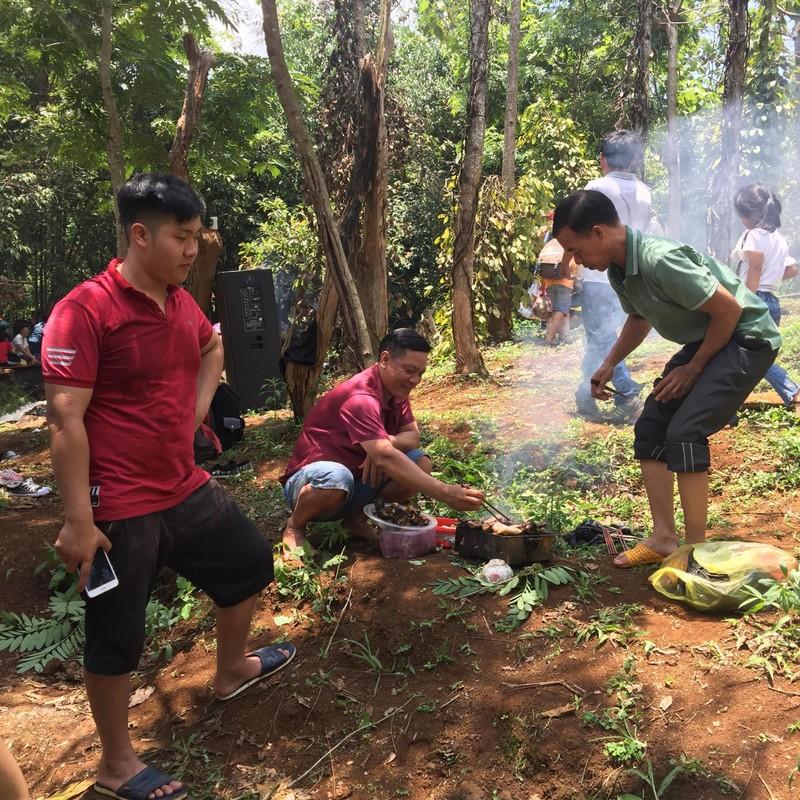 Độc, lạ thác 5 tầng hút khách du lịch dịp lễ ở Đắk Nông - ảnh 6