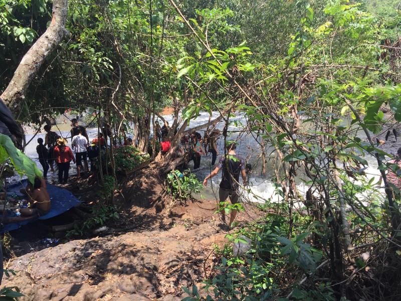 Độc, lạ thác 5 tầng hút khách du lịch dịp lễ ở Đắk Nông - ảnh 5