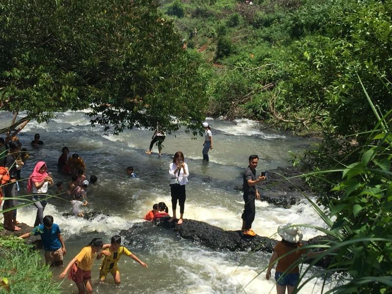 Độc, lạ thác 5 tầng hút khách du lịch dịp lễ ở Đắk Nông - ảnh 4
