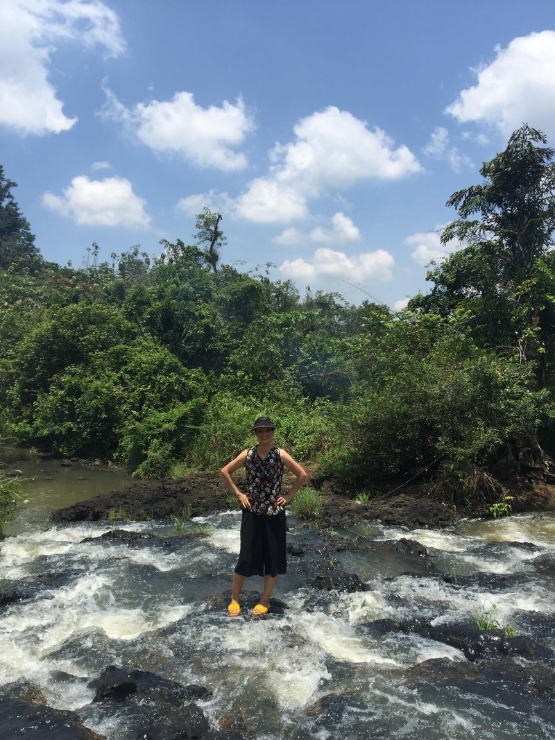 Độc, lạ thác 5 tầng hút khách du lịch dịp lễ ở Đắk Nông - ảnh 7