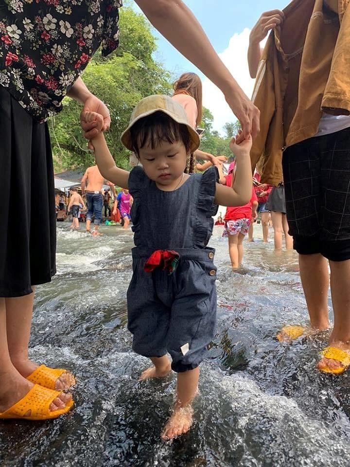 Độc, lạ thác 5 tầng hút khách du lịch dịp lễ ở Đắk Nông - ảnh 11