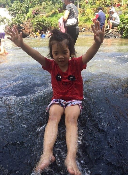 Độc, lạ thác 5 tầng hút khách du lịch dịp lễ ở Đắk Nông - ảnh 10