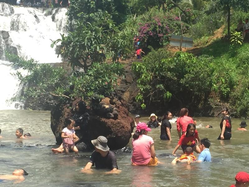 Độc, lạ thác 5 tầng hút khách du lịch dịp lễ ở Đắk Nông - ảnh 3
