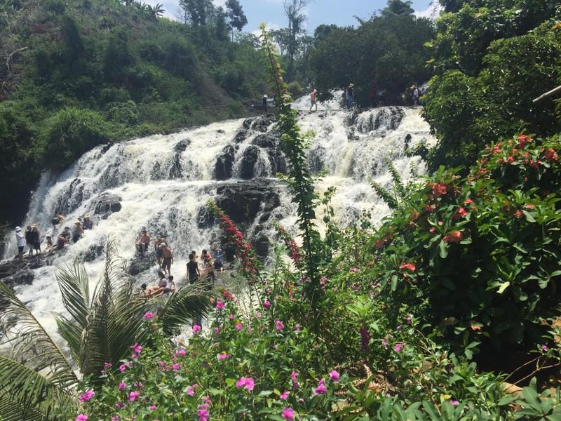 Độc, lạ thác 5 tầng hút khách du lịch dịp lễ ở Đắk Nông - ảnh 2