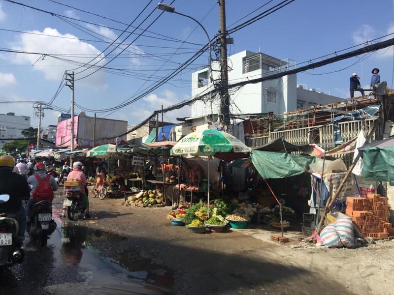 Buôn bán tự nhiên ngoài đường như chợ nhà mình - ảnh 4