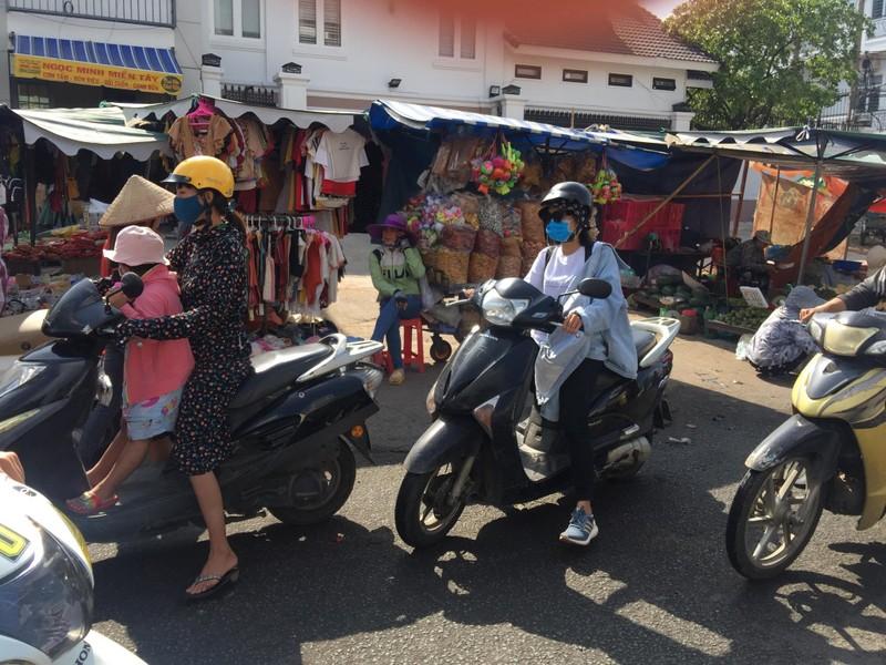 Buôn bán tự nhiên ngoài đường như chợ nhà mình - ảnh 2