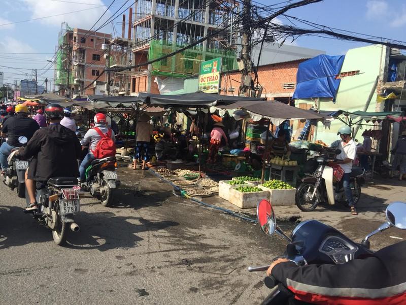 Buôn bán tự nhiên ngoài đường như chợ nhà mình - ảnh 7