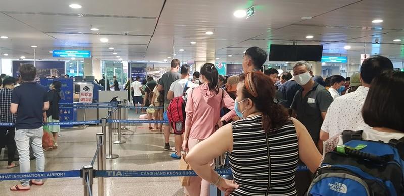 Ùn tắc ở Tân Sơn Nhất sau sự cố máy bay trượt đường băng - ảnh 5