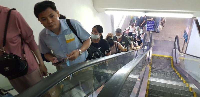 Ùn tắc ở Tân Sơn Nhất sau sự cố máy bay trượt đường băng - ảnh 8