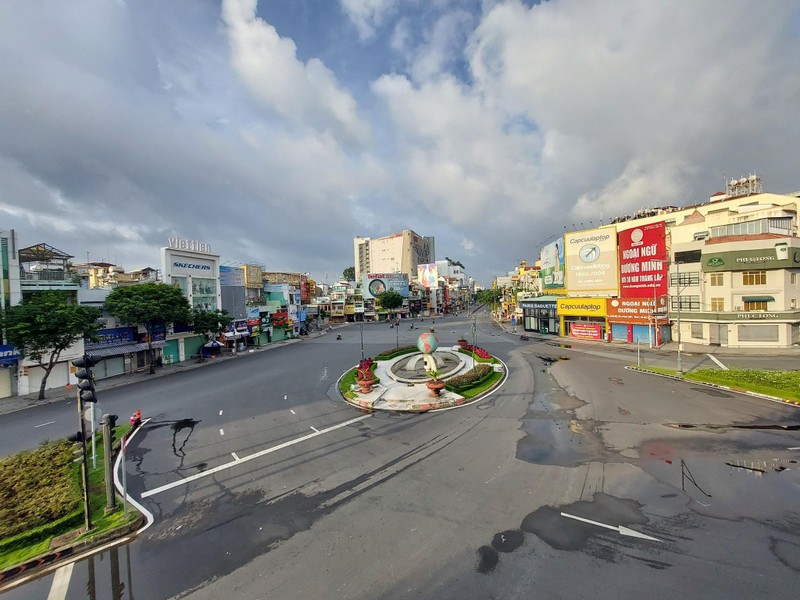 Hình ảnh đường phố TP.HCM ngày đầu thực hiện cách ly triệt để - ảnh 8