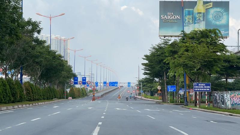 Hình ảnh đường phố TP.HCM ngày đầu thực hiện cách ly triệt để - ảnh 6