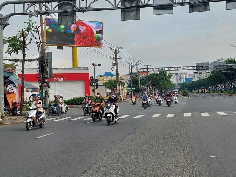 Hình ảnh đường phố TP.HCM ngày đầu thực hiện cách ly triệt để - ảnh 9