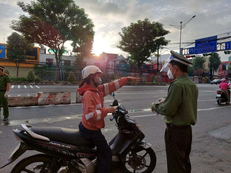 Hình ảnh đường phố TP.HCM ngày đầu thực hiện cách ly triệt để - ảnh 12