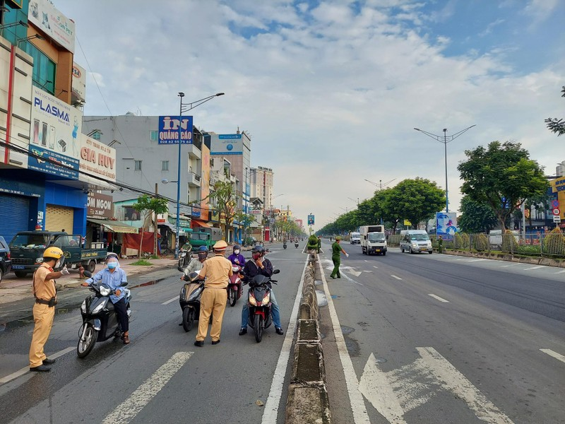 Hình ảnh đường phố TP.HCM ngày đầu thực hiện cách ly triệt để - ảnh 13