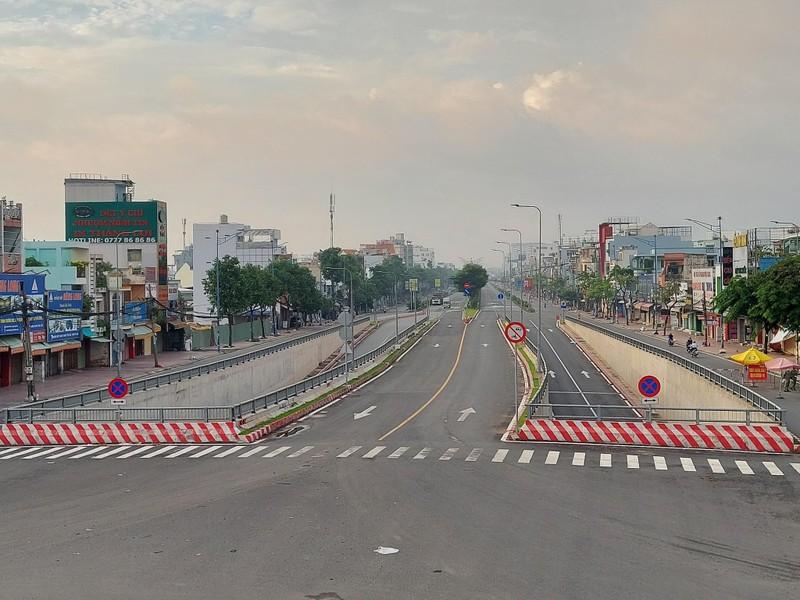Hình ảnh đường phố TP.HCM ngày đầu thực hiện cách ly triệt để - ảnh 5
