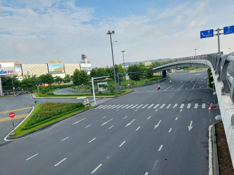 Hình ảnh đường phố TP.HCM ngày đầu thực hiện cách ly triệt để - ảnh 1