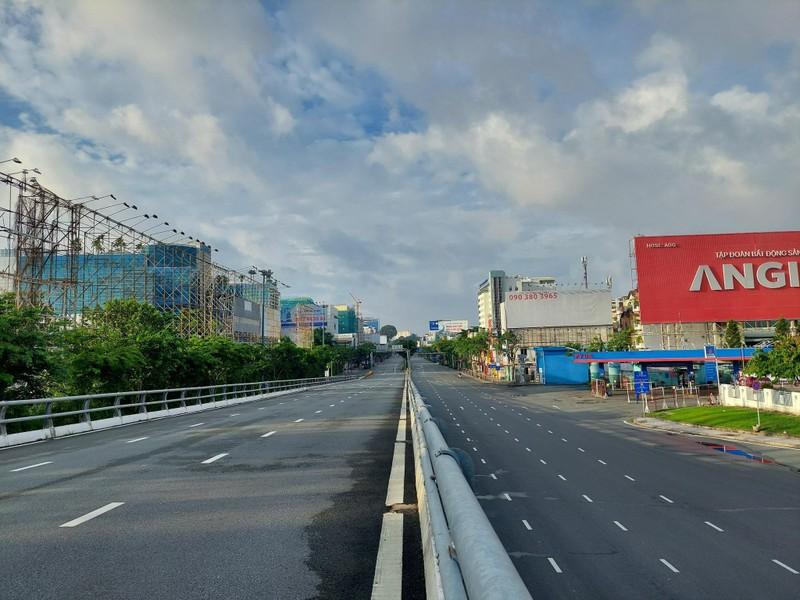 Hình ảnh đường phố TP.HCM ngày đầu thực hiện cách ly triệt để - ảnh 2
