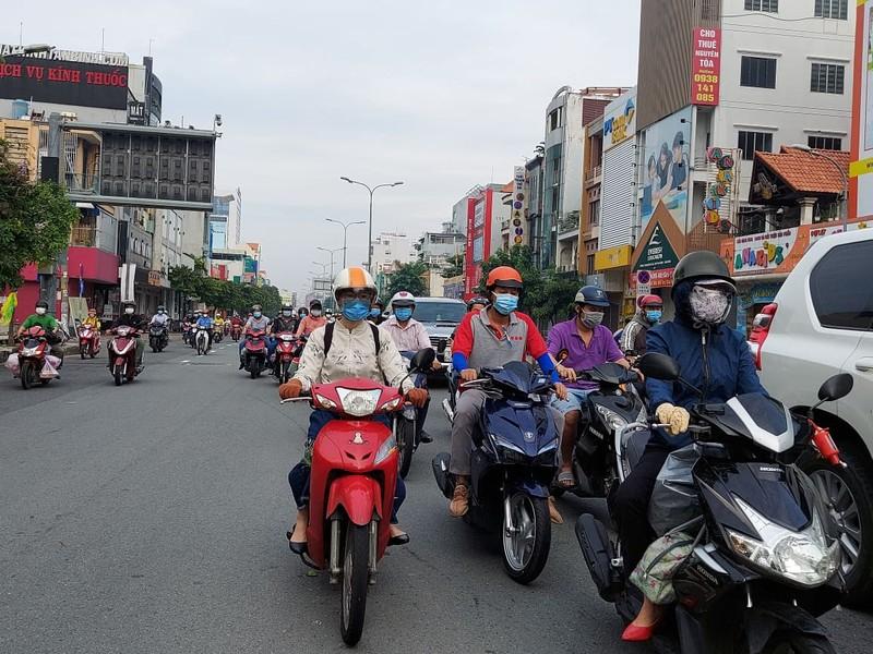 Ngày đầu nhiều công ty hoạt động trở lại, các tuyến đường ở TP.HCM đông kín  - ảnh 9