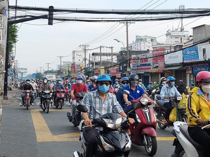 Ngày đầu nhiều công ty hoạt động trở lại, các tuyến đường ở TP.HCM đông kín  - ảnh 10