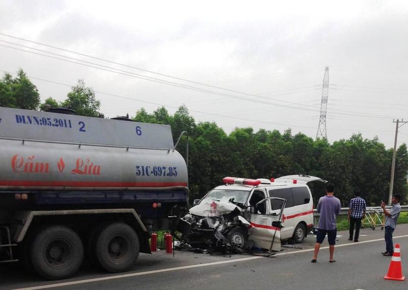Xe cứu thương đâm xe bồn trên cao tốc, 1 người chết - ảnh 2