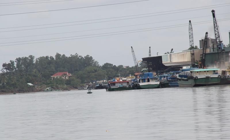 Chìm sà lan, hàng trăm lít dầu tràn ra sông Đồng Nai - ảnh 1
