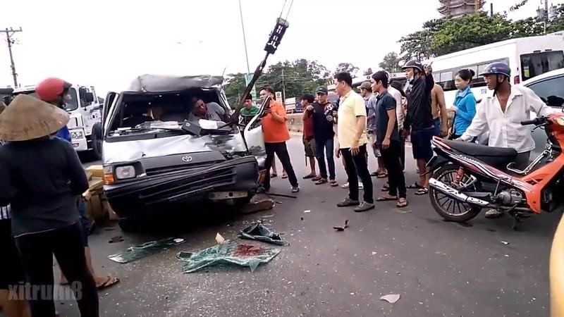 Dùng xe cẩu cứu tài xế khỏi ô tô bị biến dạng - ảnh 1