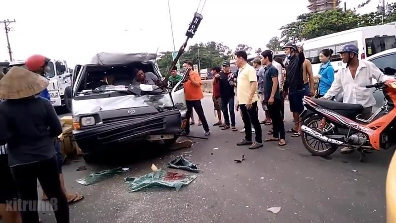 Dùng xe cẩu cứu tài xế khỏi ô tô bị biến dạng - ảnh 2
