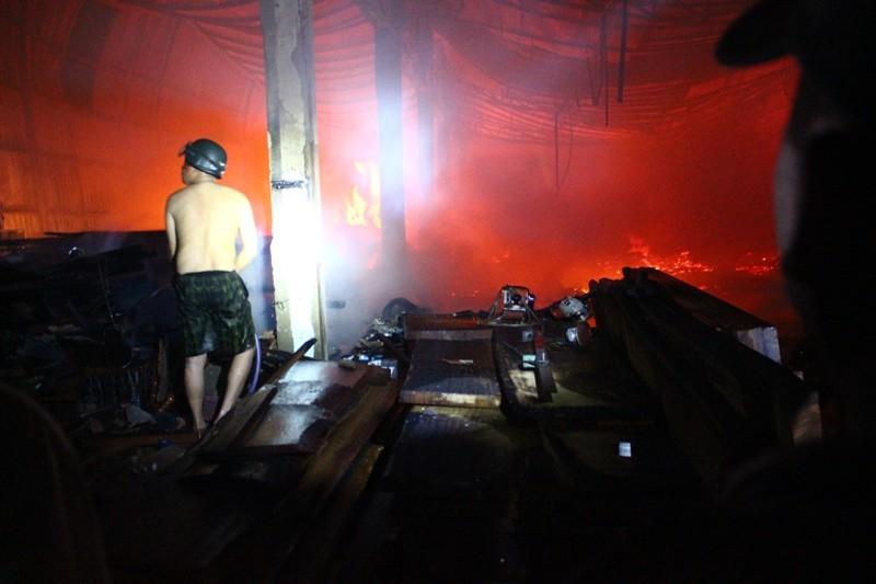 Người dân giúp xưởng gỗ bị cháy di dời giữa đêm - ảnh 2