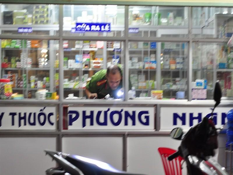 Thanh niên xông vào tiệm thuốc đâm 2 người thương vong - ảnh 1