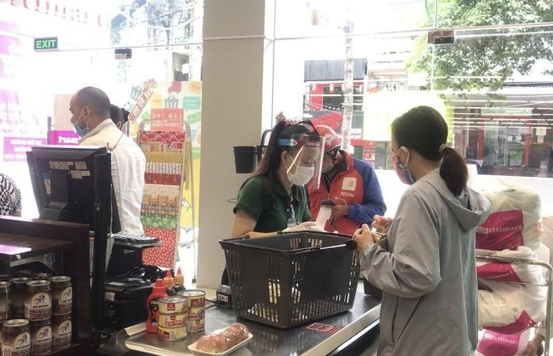 Nhân viên nhiều siêu thị, cửa hàng phải mang nón chống dịch - ảnh 2