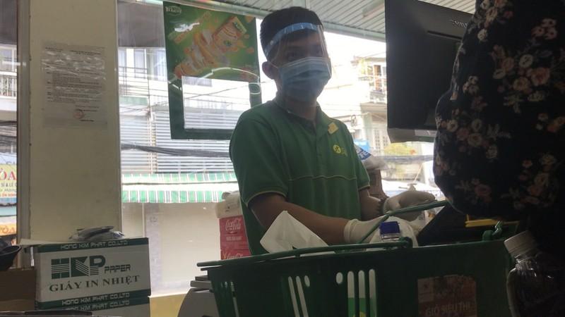 Nhân viên nhiều siêu thị, cửa hàng phải mang nón chống dịch - ảnh 4