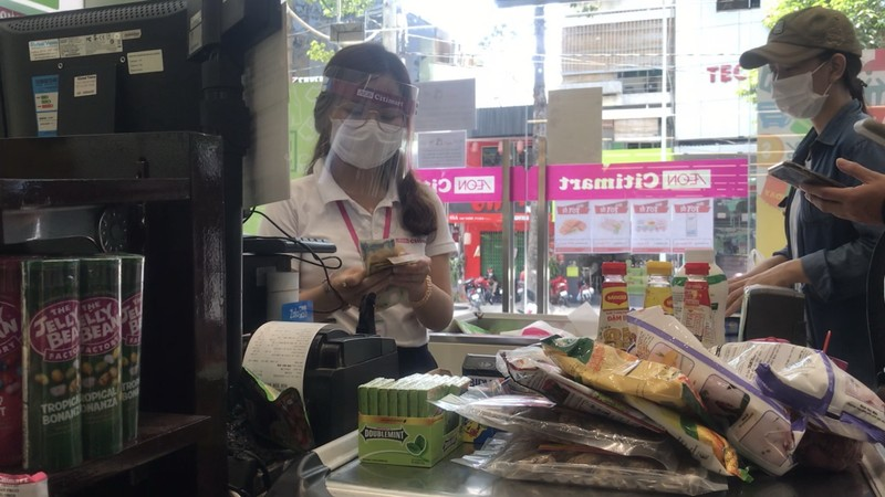 Nhân viên nhiều siêu thị, cửa hàng phải mang nón chống dịch - ảnh 1