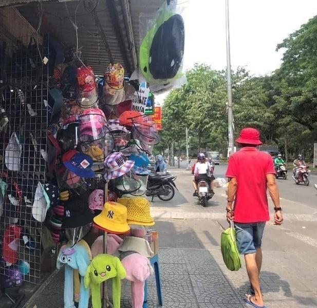 Nhân viên nhiều siêu thị, cửa hàng phải mang nón chống dịch - ảnh 6