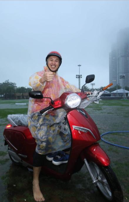 Đội mưa mua xe tại lễ ra mắt và mở bán xe VinFast tại TP. HCM - ảnh 2