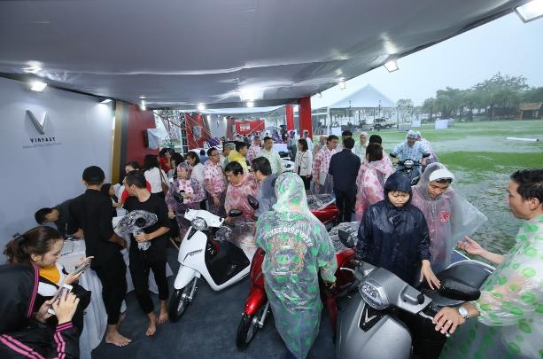 Đội mưa mua xe tại lễ ra mắt và mở bán xe VinFast tại TP. HCM - ảnh 1