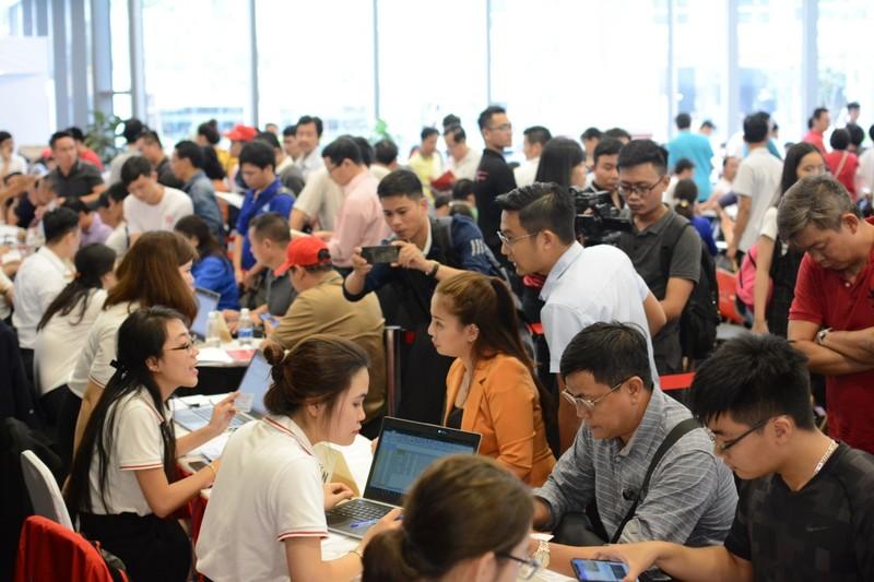 Đội mưa mua xe tại lễ ra mắt và mở bán xe VinFast tại TP. HCM - ảnh 8